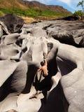 年轻人在月亮谷, Chapada dos Veadeiros,巴西的冰砾岩石上升 图库摄影