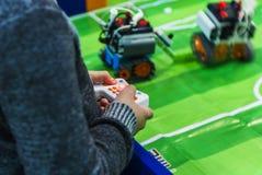 人在机器人学商展的控制机器人2016年 免版税图库摄影