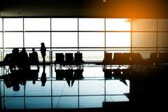人在机场 飞机,从机场终端的视图 选择聚焦,旅行概念 免版税图库摄影