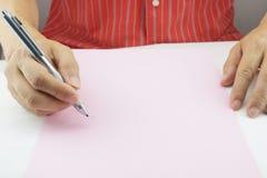 人在桃红色纸的计划事务 库存图片