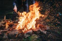 人在森林里做篝火 免版税库存图片