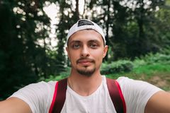 人在森林里做selfie 免版税库存照片