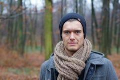 年轻人在森林 免版税库存照片