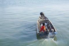 年轻人在槟榔岛在整夜以后的航行家的渔 图库摄影