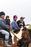 人在歌曲Kul湖骑马在吉尔吉斯斯坦 库存图片