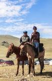 人在歌曲Kul湖骑马在吉尔吉斯斯坦 库存照片