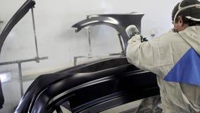 人在汽车厂绘的车间工作,上色细节 股票视频