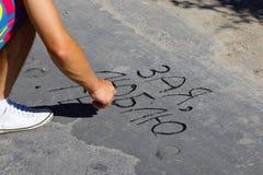 年轻人在沥青写了,我爱你 库存图片