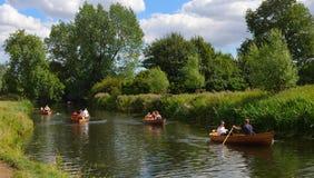 人在河Stour的划艇 免版税库存图片