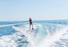 年轻人在波浪的滑水竞赛滑动在海,海洋 健康生活方式 正面人的情感,感觉, 免版税库存照片