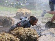 人在泥下落了,喷用泥和水 免版税图库摄影