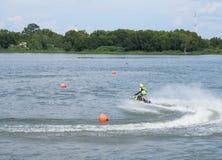 人在浮体附近乘坐喷气机滑雪为竞争做准备 免版税库存图片
