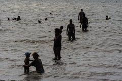人在海 剪影 库存照片