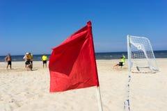 人在海滩的戏剧橄榄球 免版税图库摄影