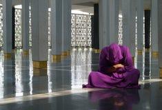 年轻人在清真寺 库存图片