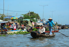 人在湄公河的划艇在绍奇董里,越南 库存图片