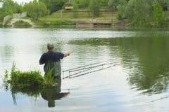 人在湖钓鱼 免版税库存照片