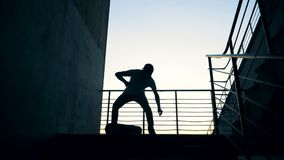 人在滑板跳,做在skatepark的特技 慢动作 影视素材