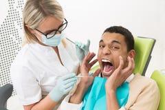 年轻人在牙医的办公室 免版税库存照片