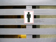 人在现代墙壁上的洗手间标志 免版税库存照片