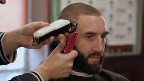 人在理发店 股票录像