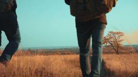人在生活方式自然在路道路冒险游客旅行秋天去 慢动作录影 两徒步旅行者与 影视素材