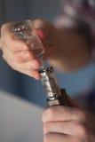 人在电子香烟液体跑 Vape 免版税库存图片
