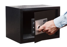 人在白色隔绝的一个镶边衬衣开放黑保险柜的` s手 小家或旅馆保险柜 图库摄影