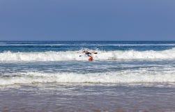 人在皮船的波浪使用 免版税库存图片