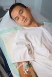 人在睡着的医院病床上 免版税库存图片