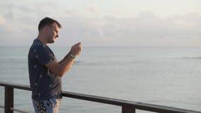 人在码头站立 股票视频