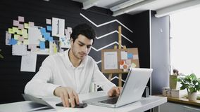 人在研究计算机的办公室,看在电话的通知 股票录像