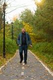 人在秋天时间的公园 图库摄影