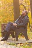 人在秋天时间的公园 免版税库存图片