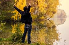 人在秋天湖之前 免版税库存图片