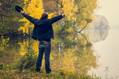 人在秋天湖之前 库存照片