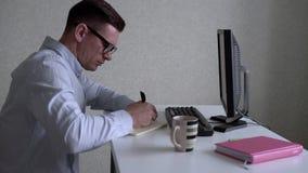 人在笔记本写然后回答消息 影视素材