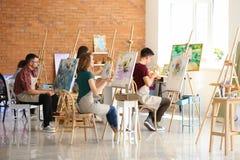 人在类期间的在画家学校  免版税库存照片
