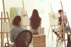 人在类期间的在画家学校  免版税库存图片