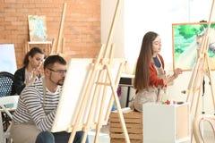 人在类期间的在画家学校  库存照片