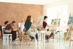 人在类期间的在画家学校  库存图片