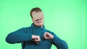 人在纸板电话的谷歌VR耳机享用 股票录像
