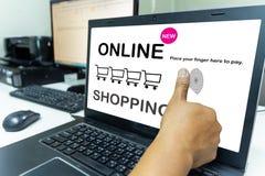 人在网上买的用途片剂,使用指纹付款系统,在将来将是一个新的系统 免版税库存图片