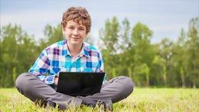 年轻人在网络沟通 股票录像