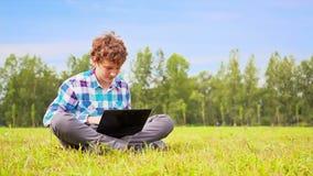 年轻人在网络沟通 股票视频