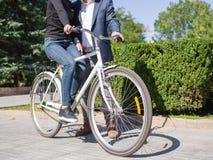 人在自行车乘坐他的女孩 免版税库存图片