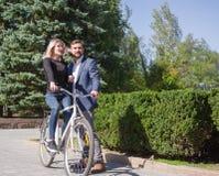 人在自行车乘坐他的女孩 免版税图库摄影