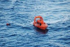 人在船外抢救 免版税库存照片
