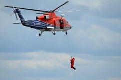 人在船外直升机抢救培训 图库摄影