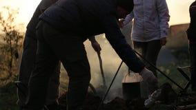 人在营火在日落,剪影旁边的 影视素材